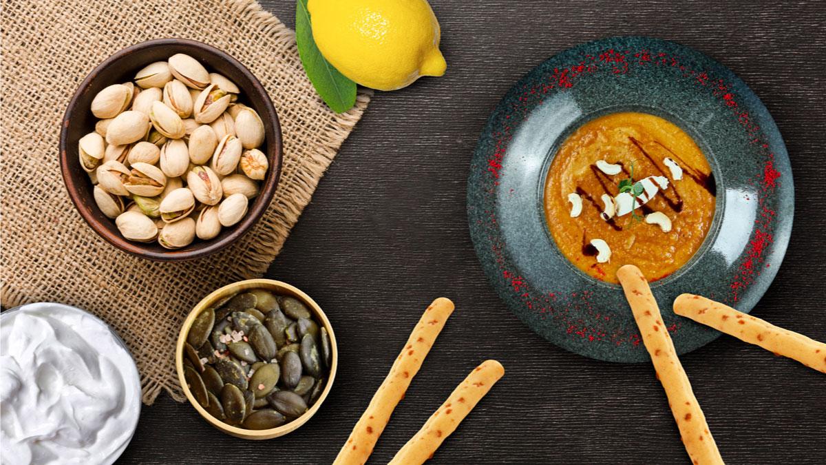 Dip de berenjena, pipas de calabaza y pistachos con palitos de queso